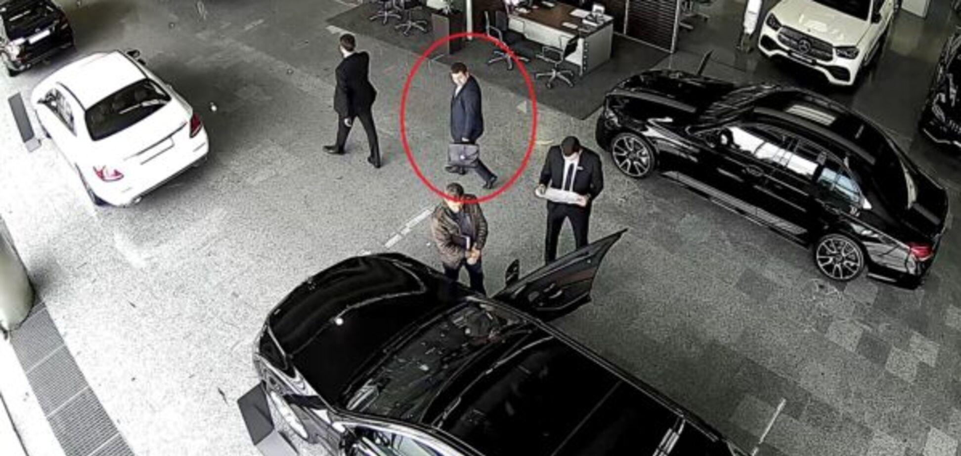 Київський прокурор перед затриманням на хабарі вибирав дорогий автомобіль