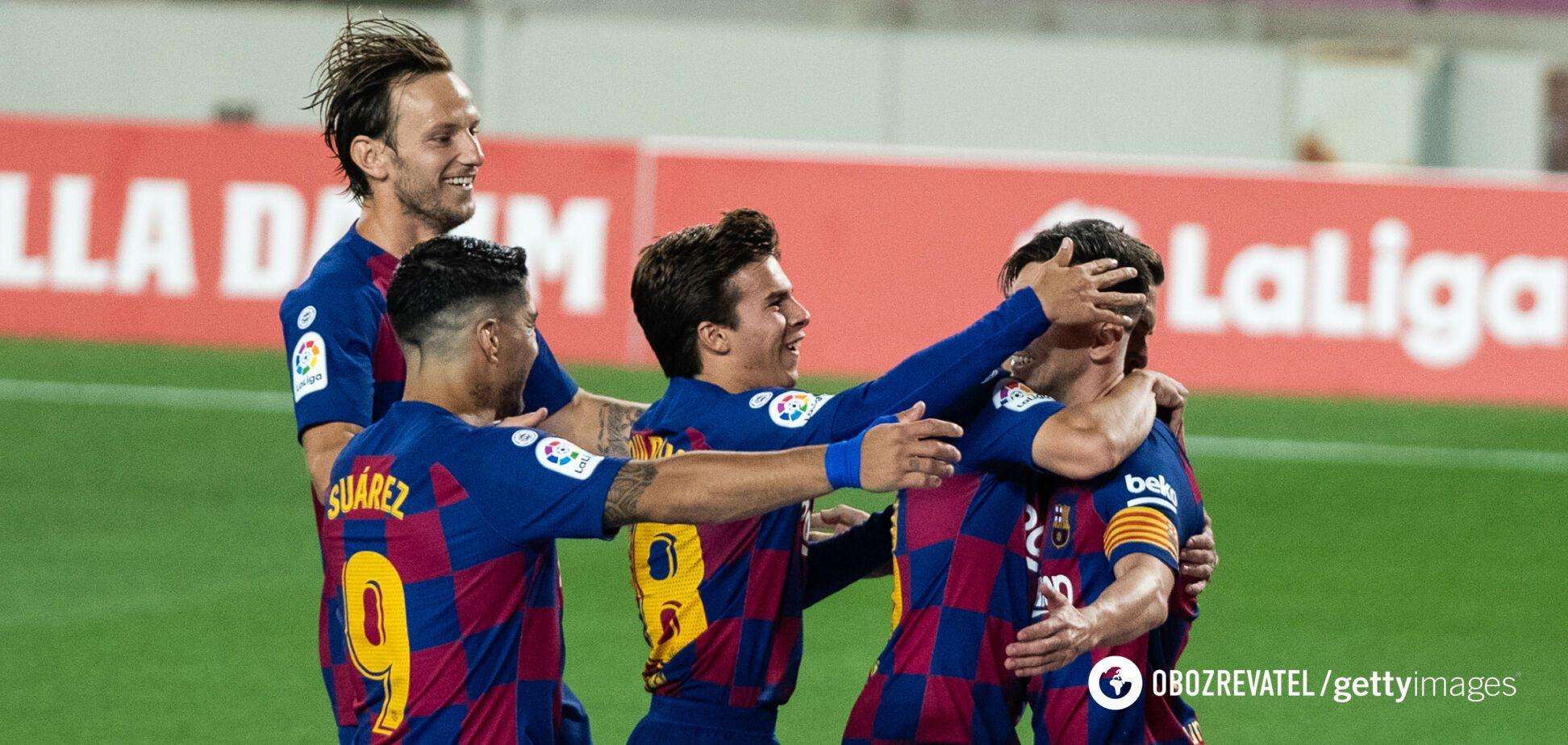 Лионель Месси празднует гол вместе с партнерами по 'Барселоне'