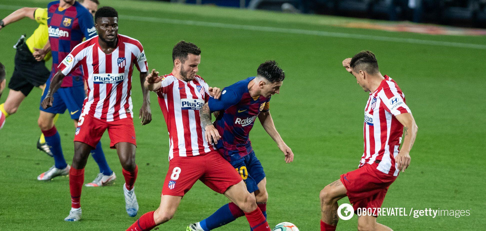 Лионель Месси в окружении игроков 'Атлетико'