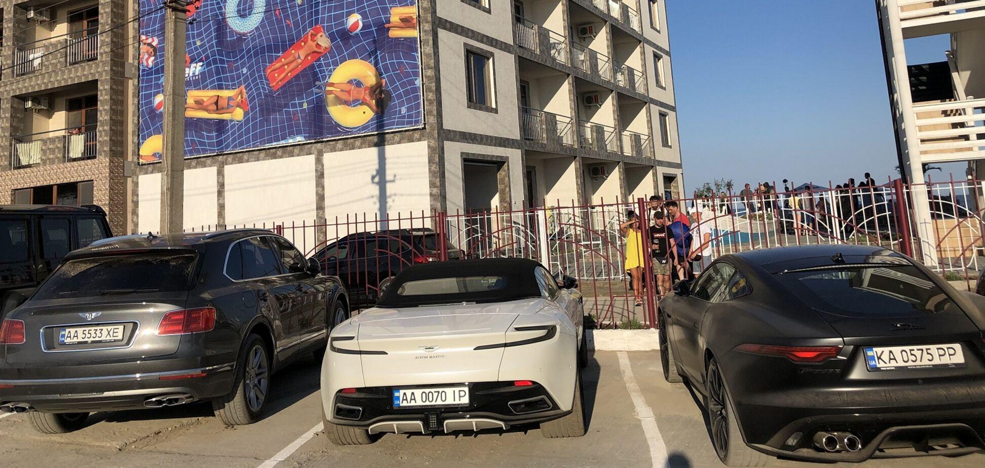Як у Монако: курорт під Одесою здивував стоянкою елітних авто