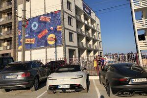 Как в Монако: курорт под Одессой удивил стоянкой элитных авто