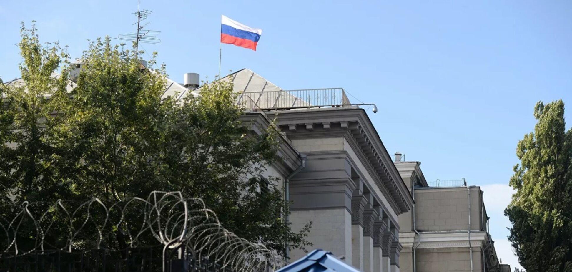 Неизвестный сжег российский триколор перед посольством РФ в Киеве. Источник: ''РИА Новости''