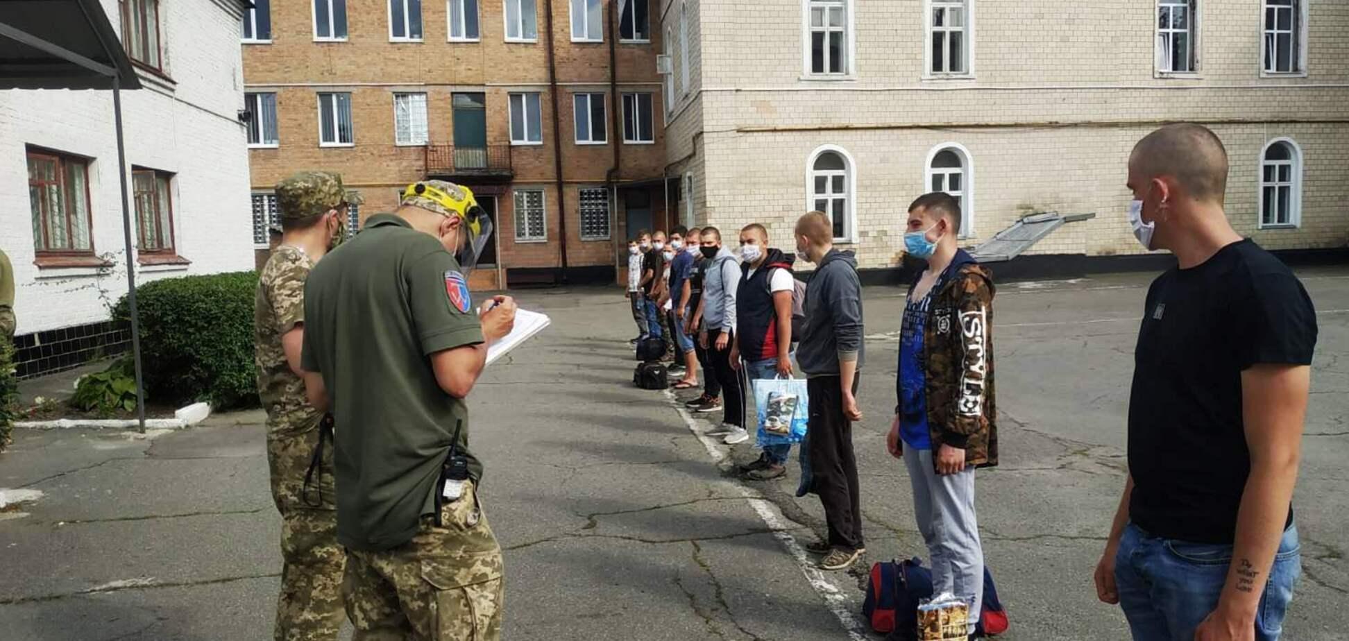 Київські студенти розповіли, що їх незаконно утримують у військкоматі і хочуть відправити до армії