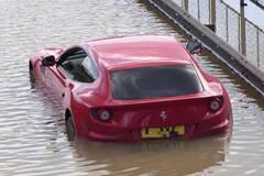 Редкая Ferrari превратилась в утопленника из-за прорыва трубы