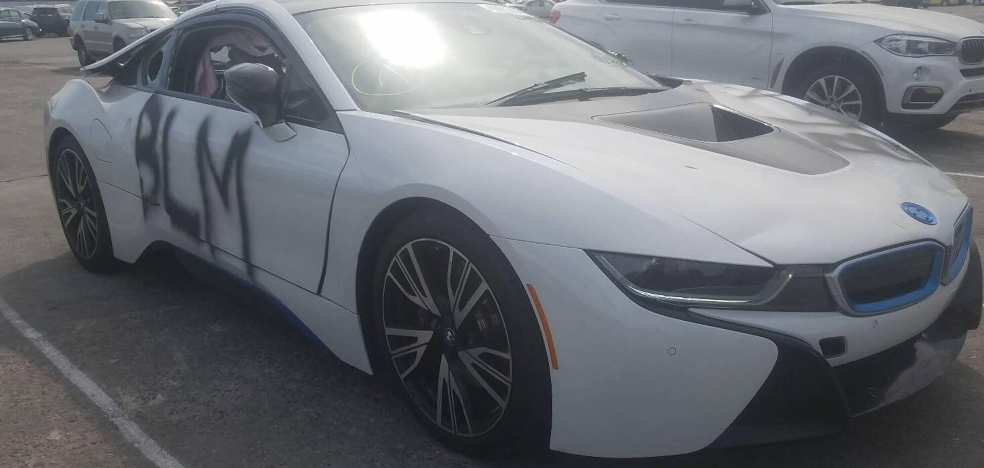 Вандали пошкодили майже новий BMW i8: тепер його віддають за $100