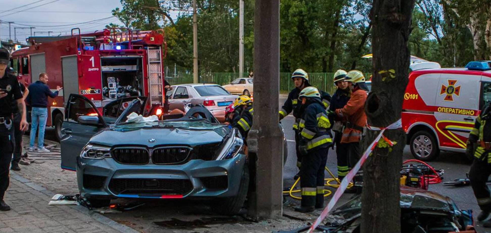 У Дніпрі авто на швидкості влетіло в стовп: водій загинув на місці. Фото, відео