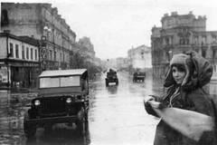 Регулювальниця та транспорт у столиці після битви за Київ у 1943 році