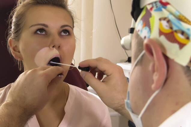 Сыпь во рту является еще одним симптомом COVID-19