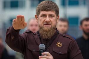 Глава Чечни приказал приближенным чиновникам отжиматься на улице