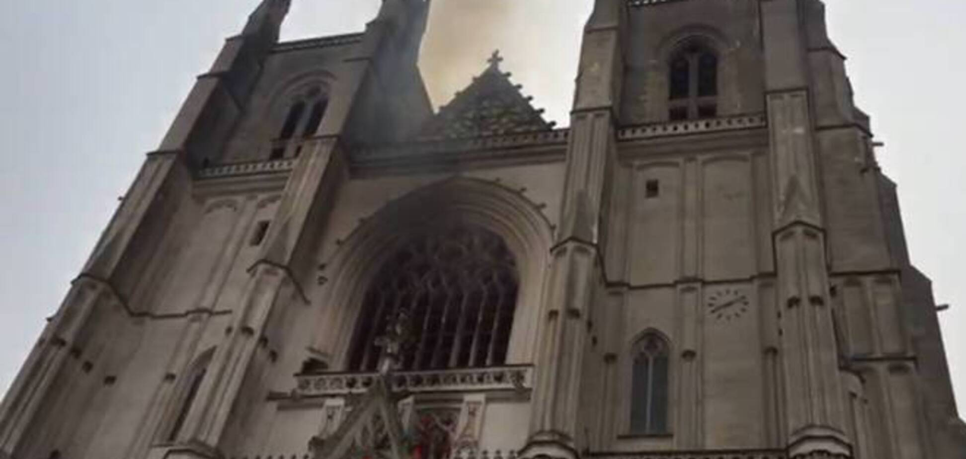 Во Франции загорелся собор святого Петра и Павла