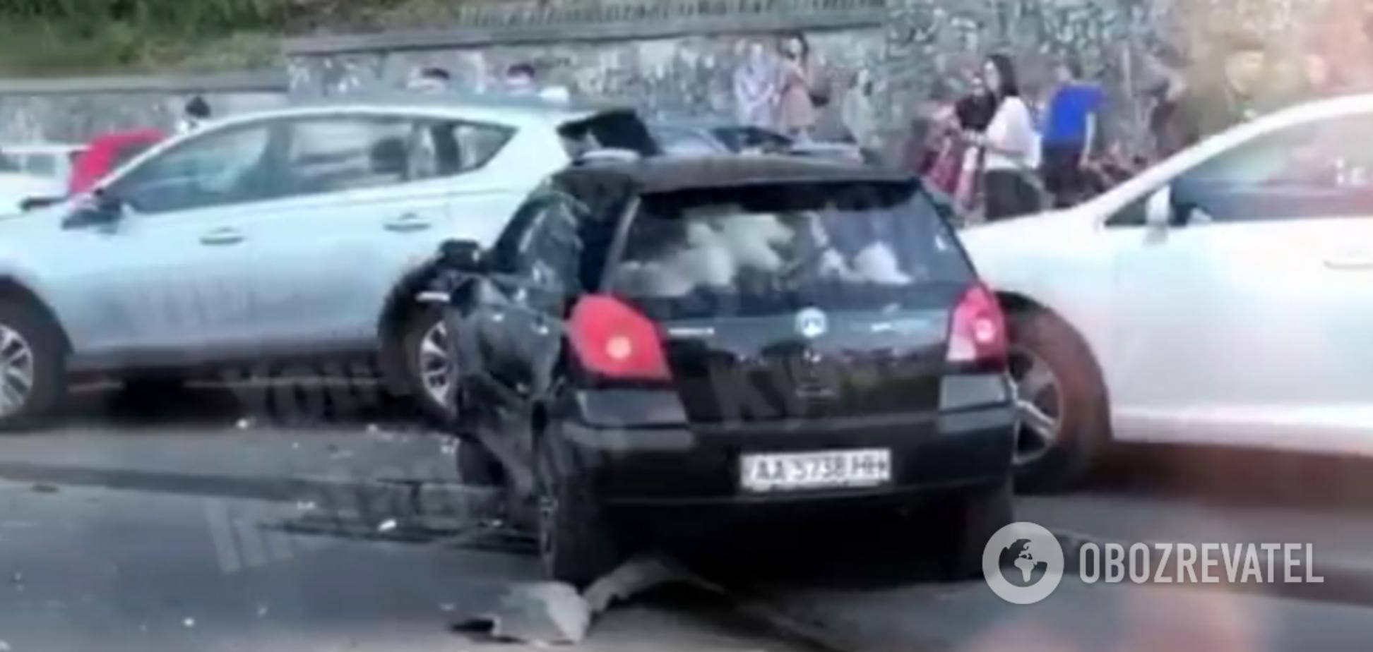 Біля Пішохідного мосту в Києві сталася масштабна ДТП. Відео