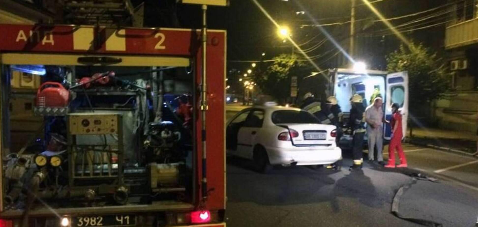 У центрі Дніпра зіткнулися два авто: рятувальники вирізали потерпілого