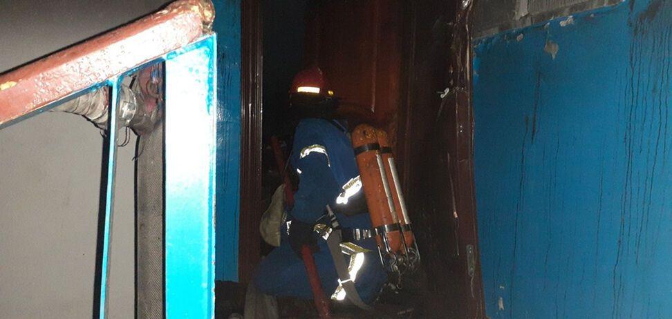 На Дніпропетровщині з пожежі в багатоповерхівці врятували чоловіка. Фото з місця НП