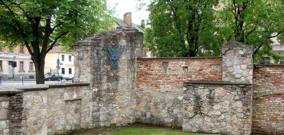 Стіна синагоги в Ризі, на руїнах якої в 2007 році було встановлено символічну менору