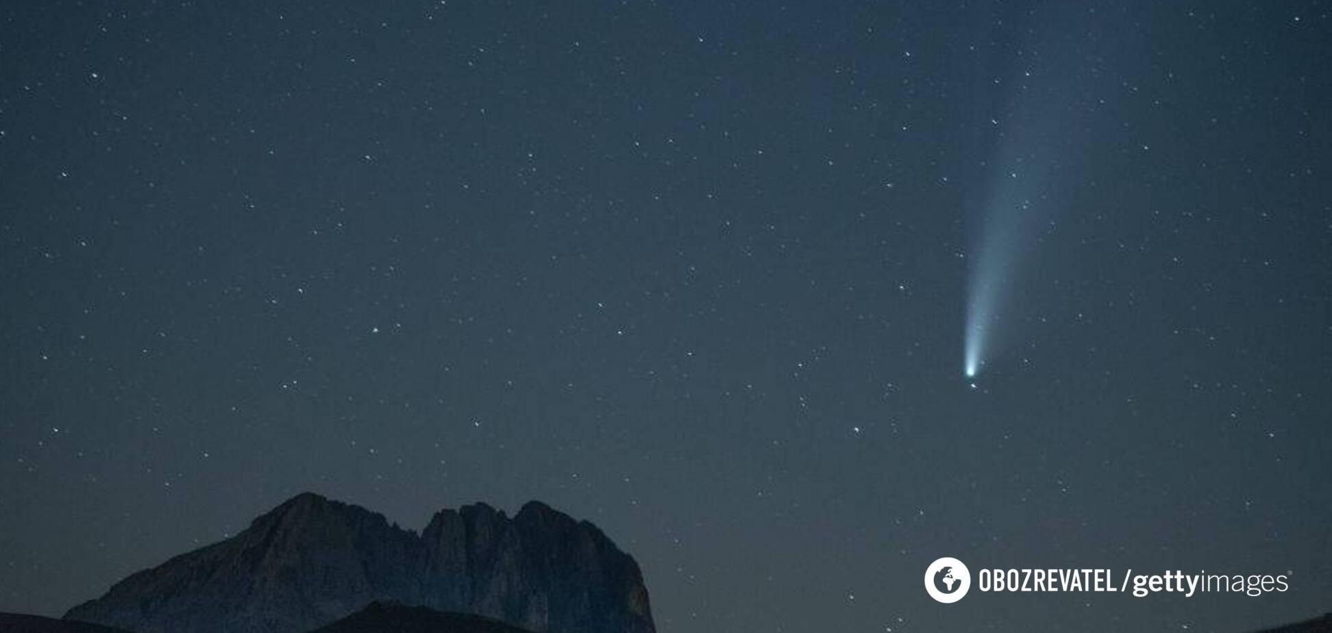 Опубликованы уникальные фото кометы Neowise на фоне красных спрайтов