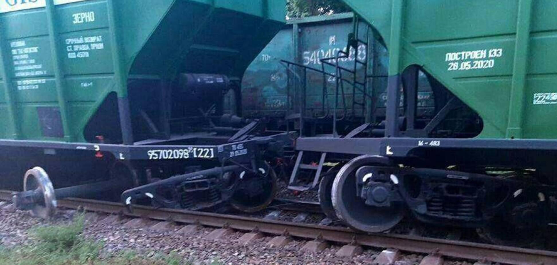 На Дніпропетровщині аварія з поїздом заблокувала залізницю. Фото і відео з місця НП