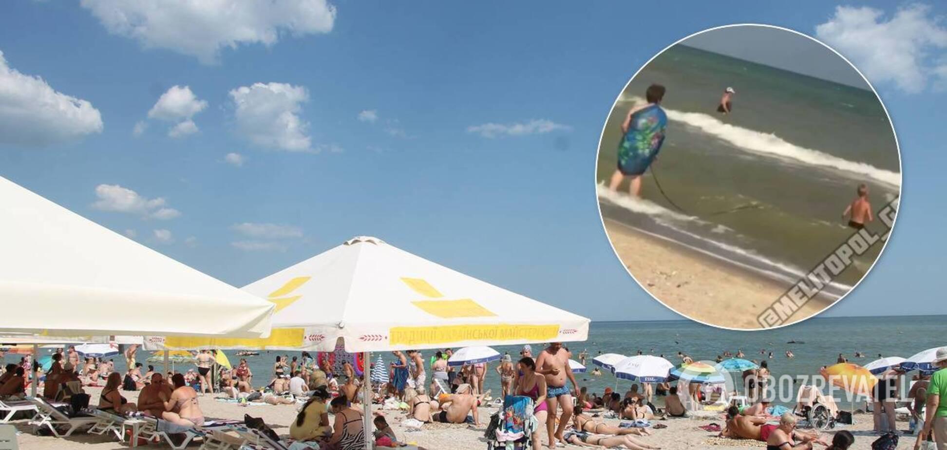 Бабуся 'вигулювала' внука на повідку на українському пляжі