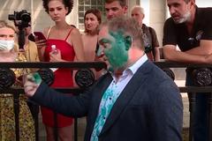 Активисты бросили у Олега Волошина яйцо с зеленкой
