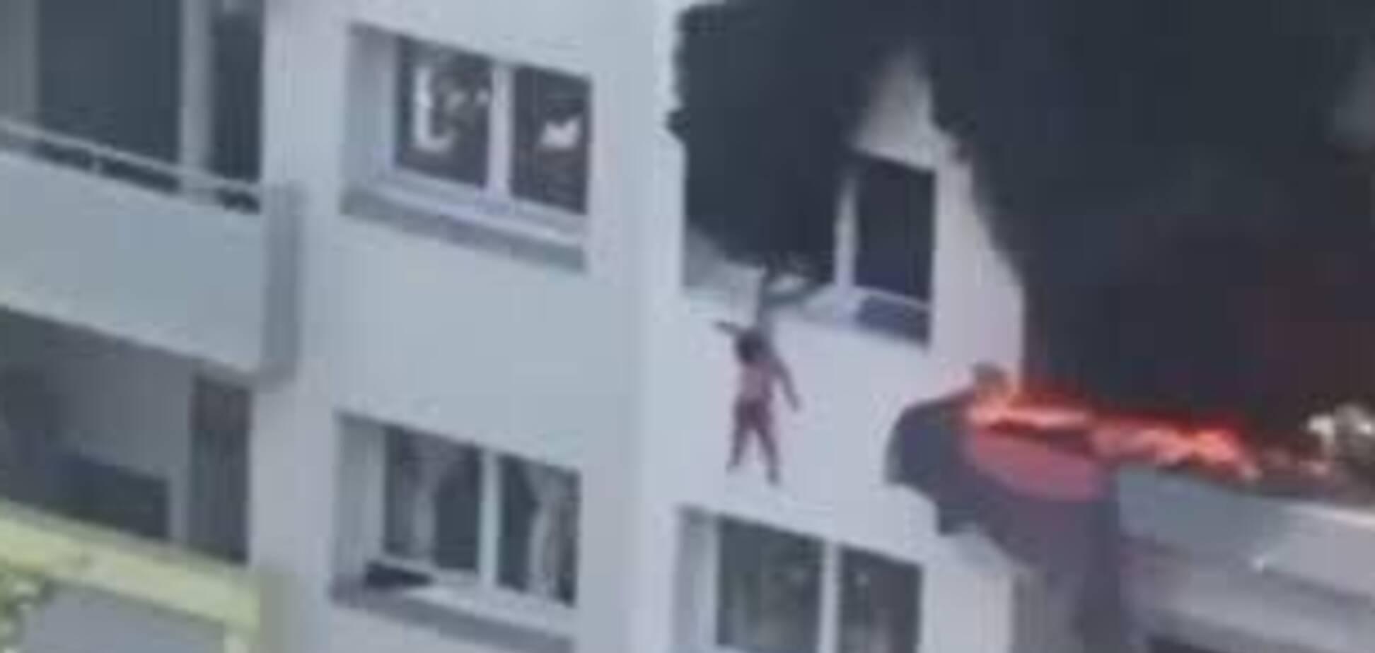 Сусіди врятували дітей, які вистрибнули з вікна під час пожежі