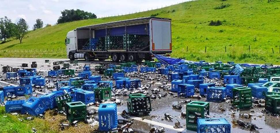 Вантажівка розкидала по автомагістралі тисячі пляшок пива. Фото