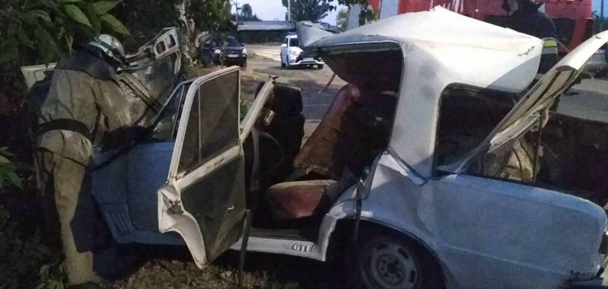 На Дніпропетровщині авто на швидкості розбилося об дерево: є загиблий і потерпілий. Фото