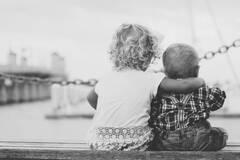 Почему объятия важны для людей: психолог назвала причины