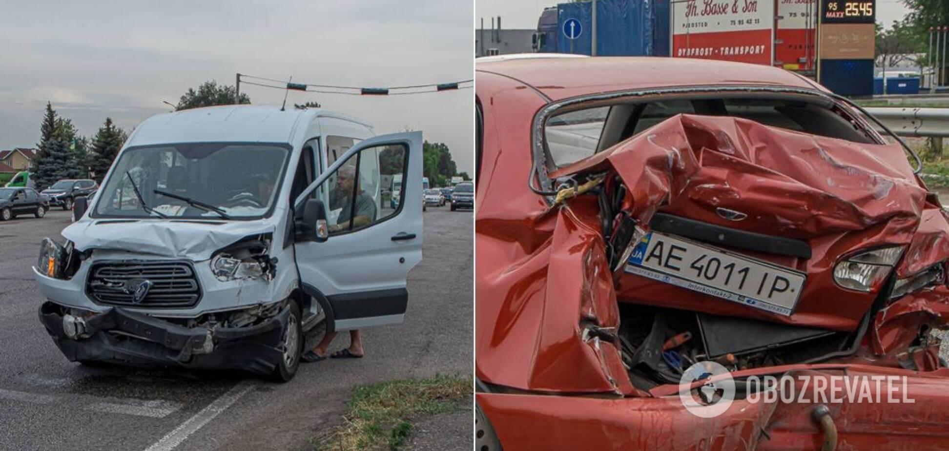 У Дніпрі мікроавтобус протаранив легковика: постраждала дитина та двоє дорослих. Фото