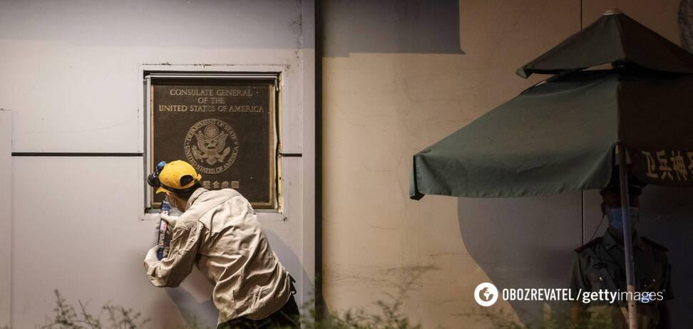Со стены здания генконсульства США в Чэнду сняли табличку