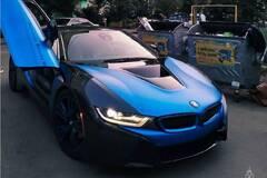 В Україні BMW за $120 000 зняли на фоні мотлоху та сміттєвих баків