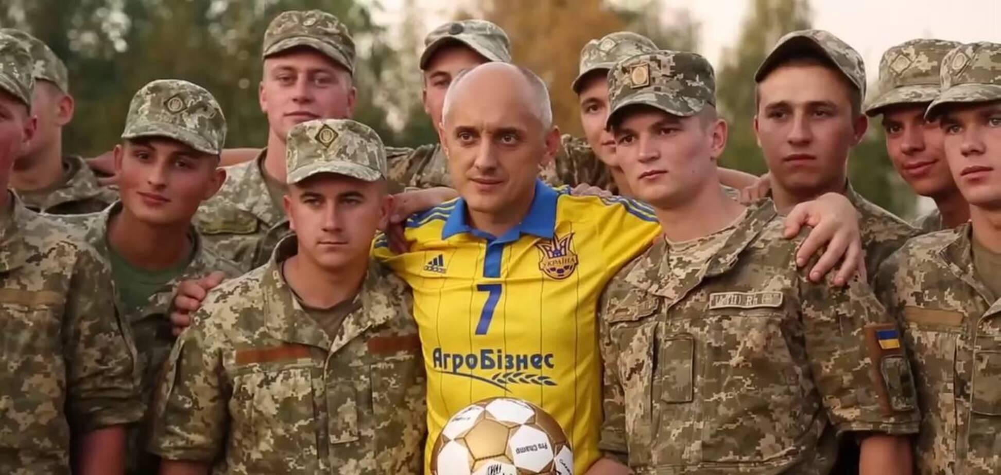 Усунутий від футболу президент клубу Першої ліги (на фото по центру) спровокував бійку після матчу