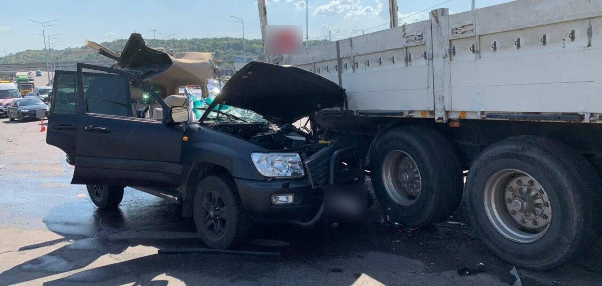 У Києві в ДТП зіткнулися вантажівка й позашляховик