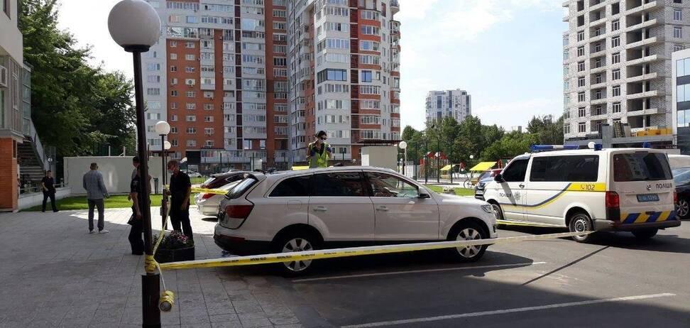 В Харькове мужчина с высотного дома упал на крышу автомобиля. Фото и видео 18+