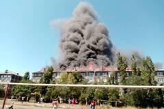 В 'ДНР' вспыхнула многоэтажка: вся крыша в огне. Видео