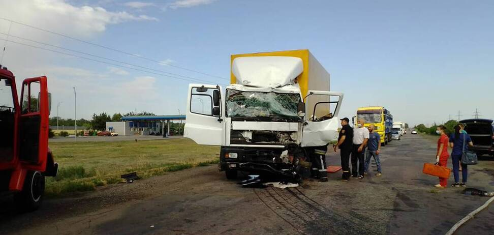 На Днепропетровщине фуры устроили лобовое ДТП: водителя вырезали из кабины. Фото