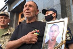 Отец Ярослава Журавля плачет во время гимна Украины