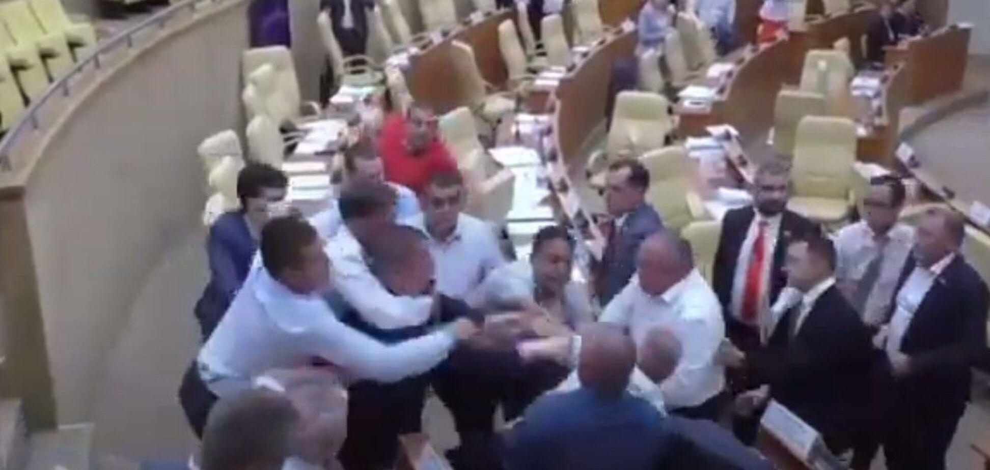 В Ульяновську депутати побилися через плакат із написом 'голубки'