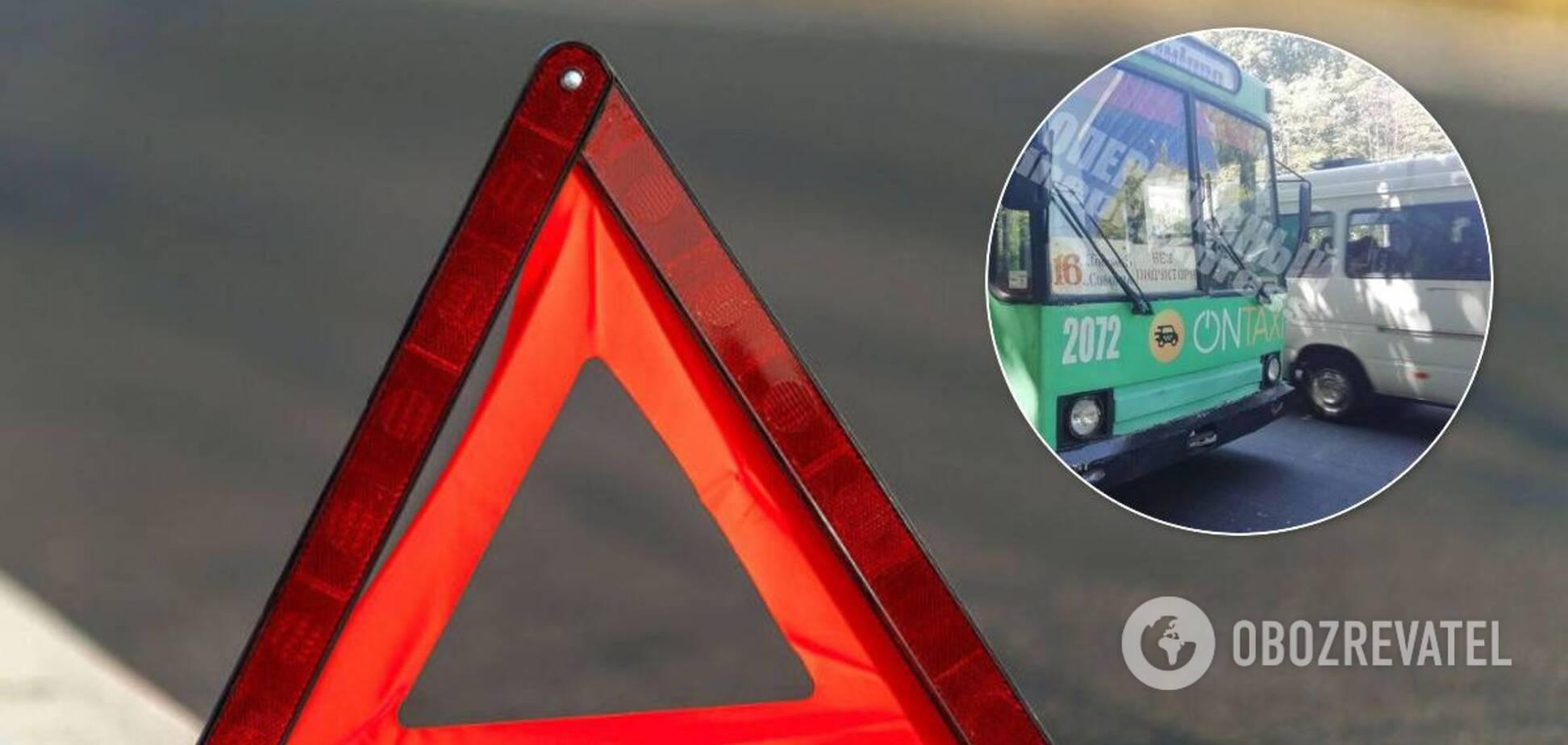 У Дніпрі тролейбус протаранив маршрутку: постраждала пасажирка. Фото