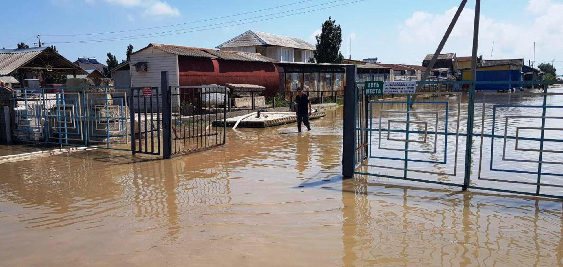 Рятувальники продовжують відкачувати воду із затоплених баз відпочинку в Кирилівці