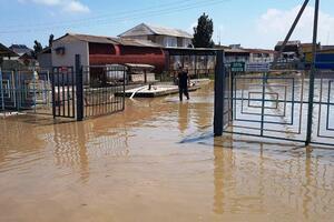 Спасатели продолжают откачивать воду из затопленных баз отдыха в Кирилловке