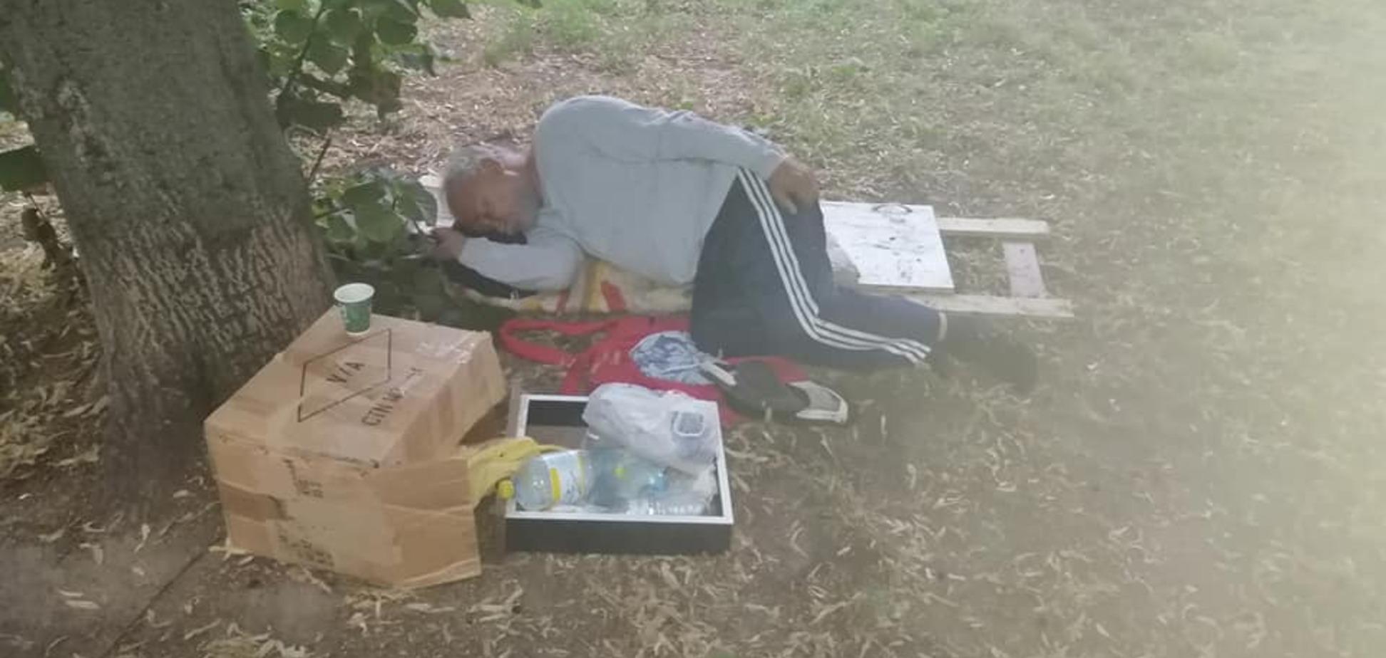На Дніпропетровщині медики кинули на вулиці хворого чоловіка. Фото
