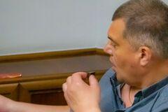 Корявченков ест батончик Roshen