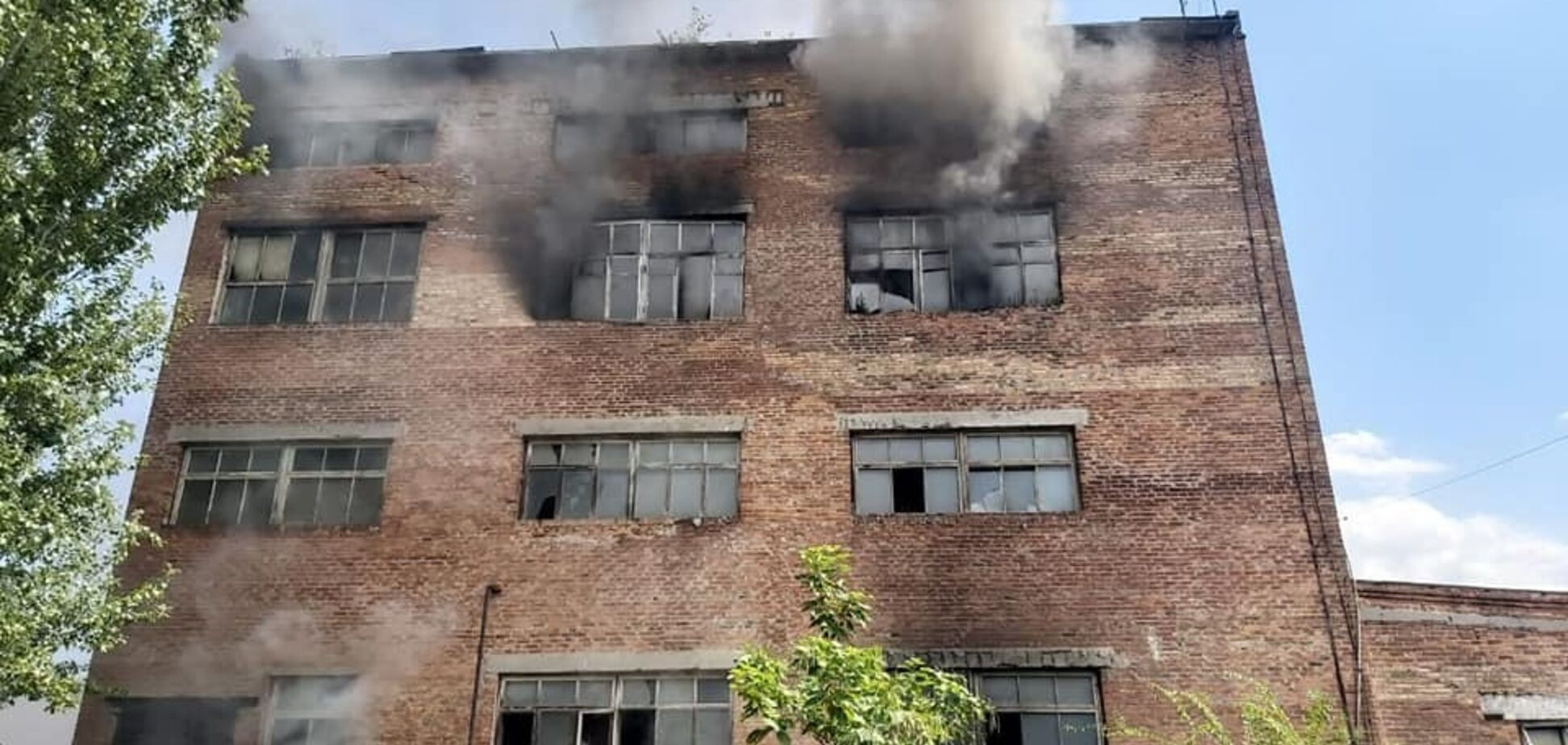 У Дніпрі загорівся завод. Фото і відео масштабної пожежі