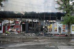 В Днепре на Пастера огонь уничтожил пять продуктовых киосков. Фото и видео
