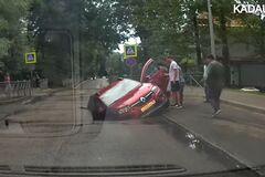 Момент провала Renault Sandero под асфальт попал на видео