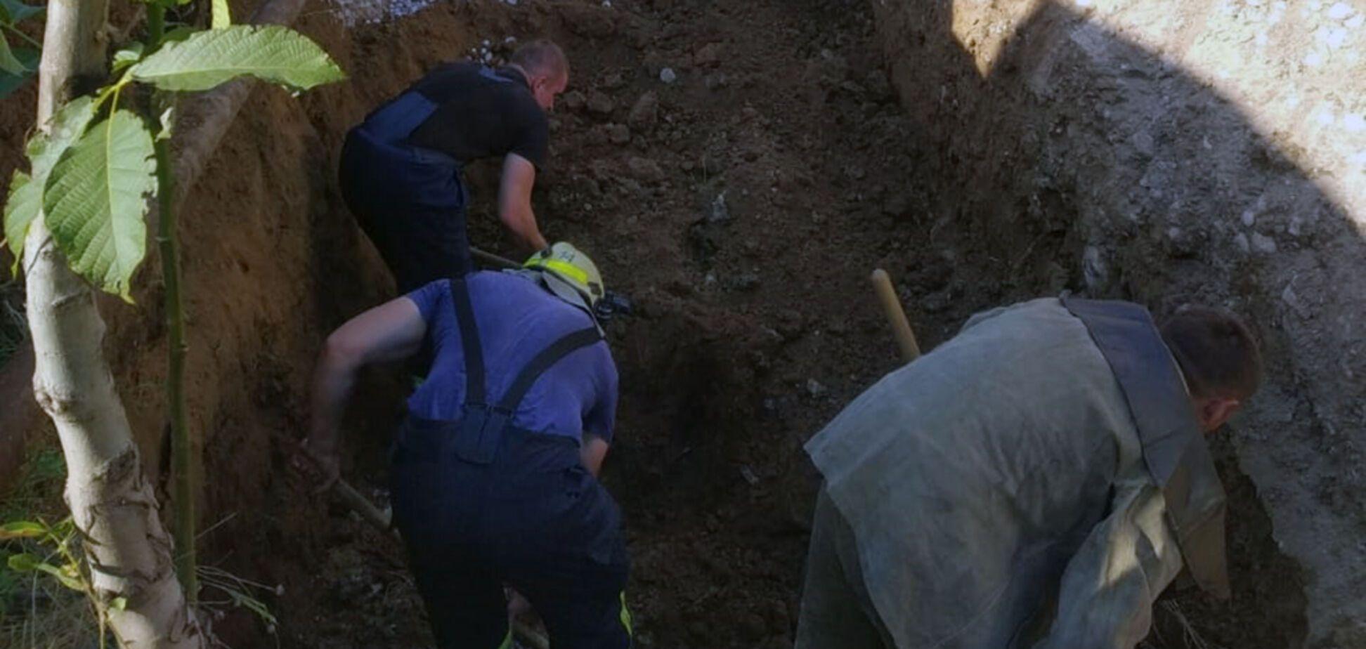 У Кривому Розі чоловіка на смерть засипало землею в траншеї. Фото та відео 18+