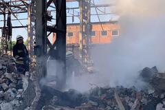 В Днепре 9 спасателей тушили пожар в заброшенном здании