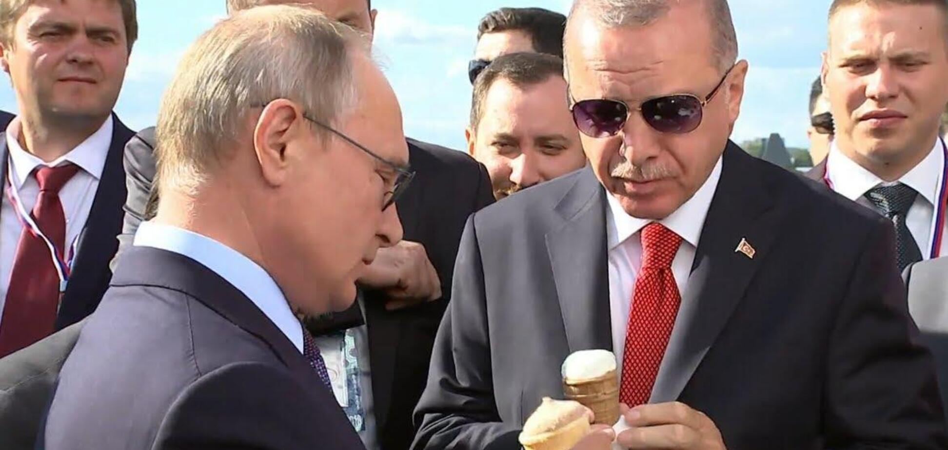 Путин с Эрдоганом едят мороженое. Кадр видео Sputnik