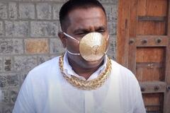 Индиец Шанкар Кураде носит золотую маску