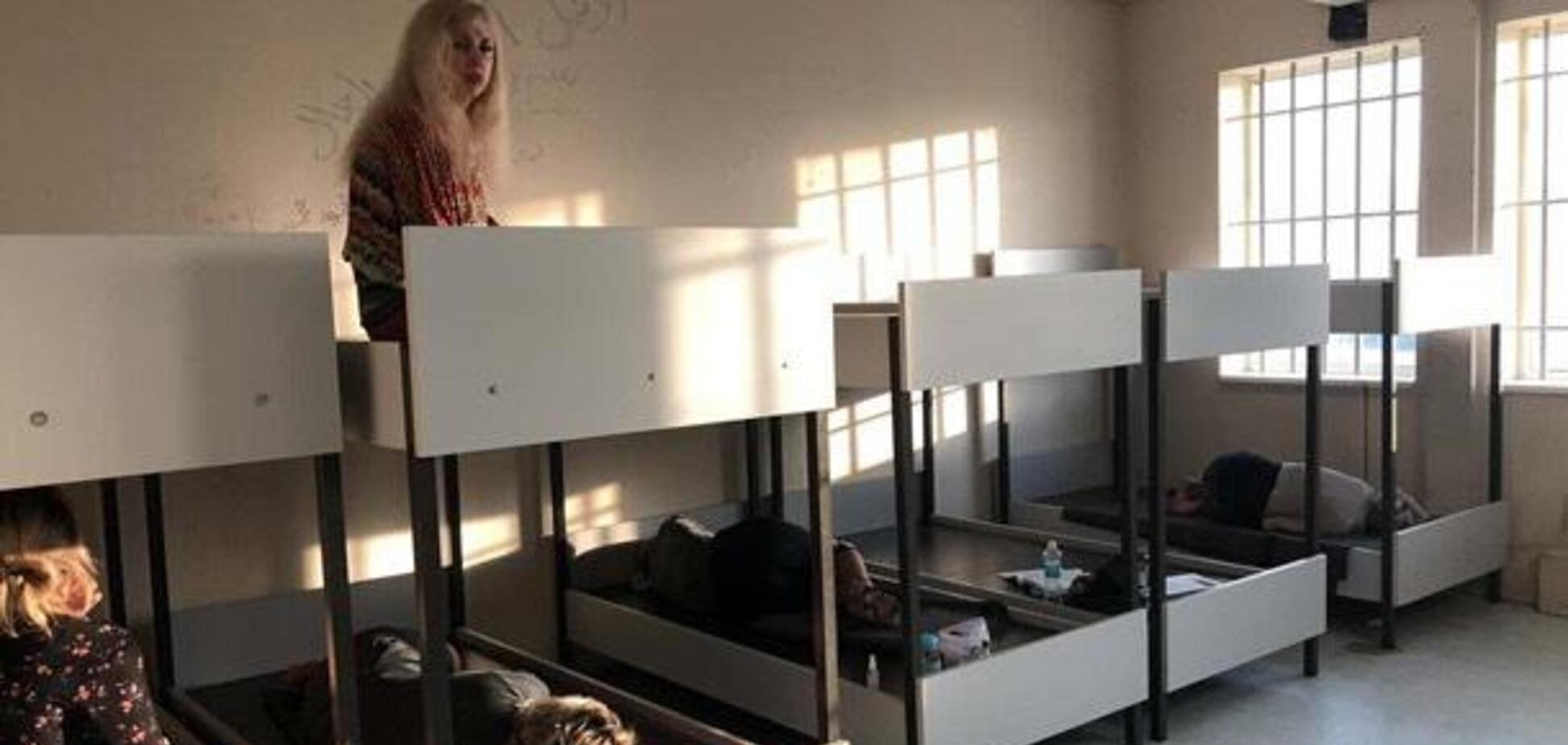 Украинка из Днепра рассказала о 'заточении' в Греции: спят на 'нарах', паспорта и багаж забрали