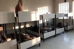 Українка з Дніпра розповіла про 'ув'язнення' у Греції: сплять на 'нарах', паспорти й багаж забрали